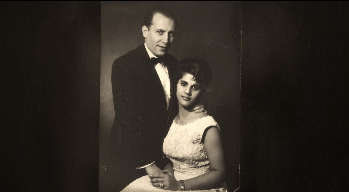Still din Radiograph of a Family, Mom, de Firouzeh Khosrovani.